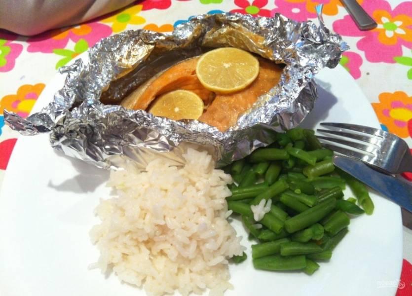 5.Рыбу подаю прямо в фольге горячей со спаржевой фасолью и рисом. Приятного аппетита!
