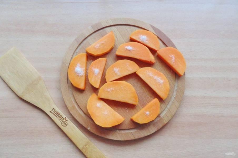 Каждый кусочек тыквы посыпьте сахаром по вкусу.