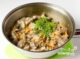 10.К готовым грибам добавляем измельченную петрушку, все перемешиваем. Выключаем плиту и даем блюду постоять.
