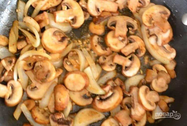 3. На другой сковороде обжарьте нарезанные на средние дольки грибы, измельченный лук. Приправьте чесноком, розмарином и тимьяном. Тушите грибы 5 минут до мягкости.