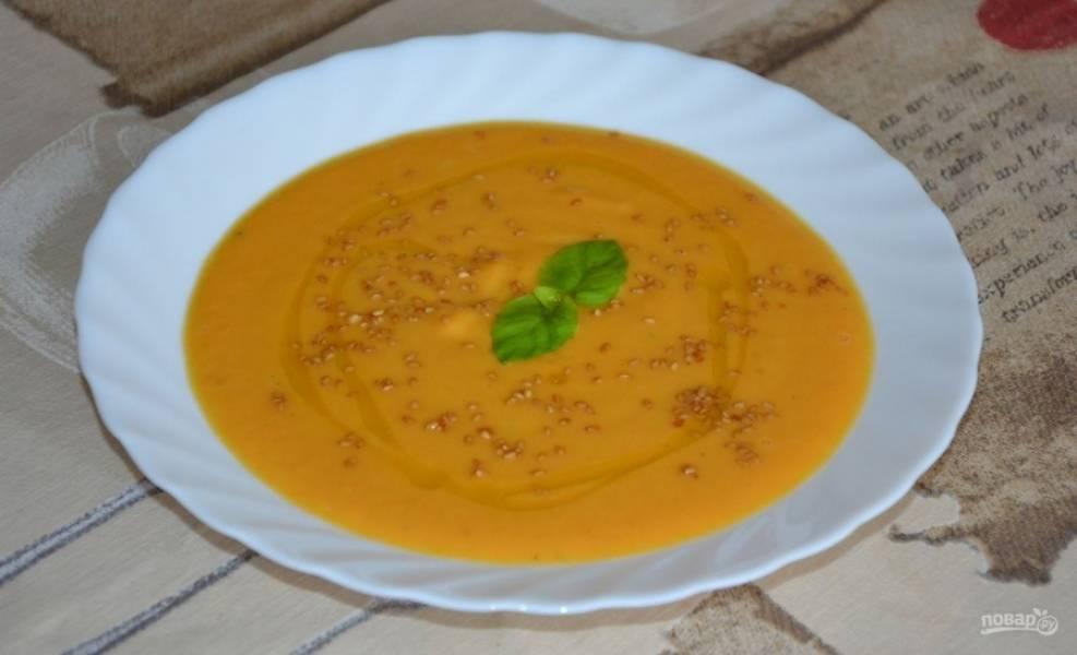 Осталось лишь добавить в суп сливки, перебить его блендером до однородной массы и еще раз довести до кипения. Все готово, можно подавать супчик с зеленью, тыквенными или другими семенами. Приятного аппетита.