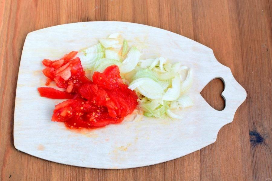 Снимите кожицу с помидоров, нарежьте их дольками, а лук тонкими полукольцами. Опустите в суп и варите 2 минуты.