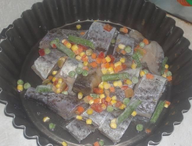 3. Этот рецепт вполне можно назвать экспресс-вариантом. Поэтому в данном случае используется замороженная овощная смесь. При желании можно, конечно, взять и свежие овощи. Всыпать пару горстей овощей, распределив их по всей форме.