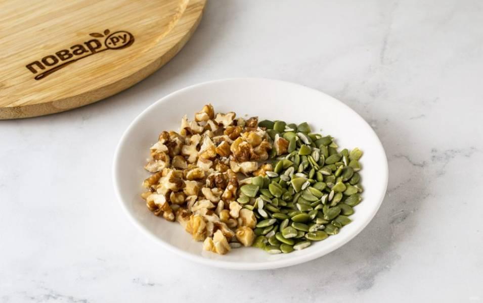 Крупно порубите грецкие орехи и тыквенные семечки.