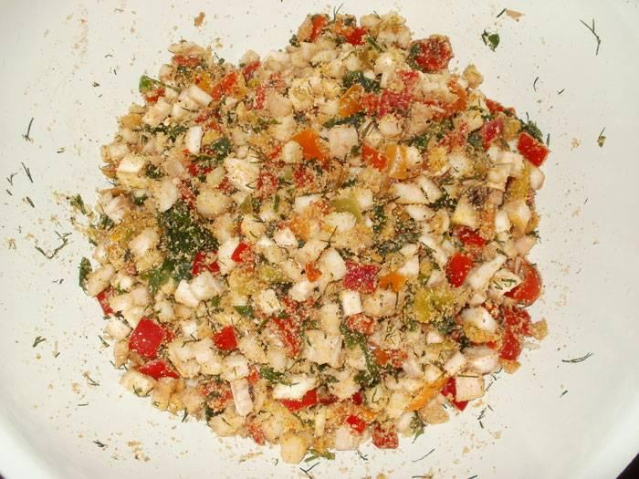 2. Смешаем измельченные грибные ножки, кусочки перца, сыра, а также давленный чеснок, зелень и сухари. Соль - по вкусу.