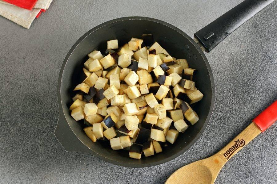 Добавьте нарезанные кубиками баклажаны.