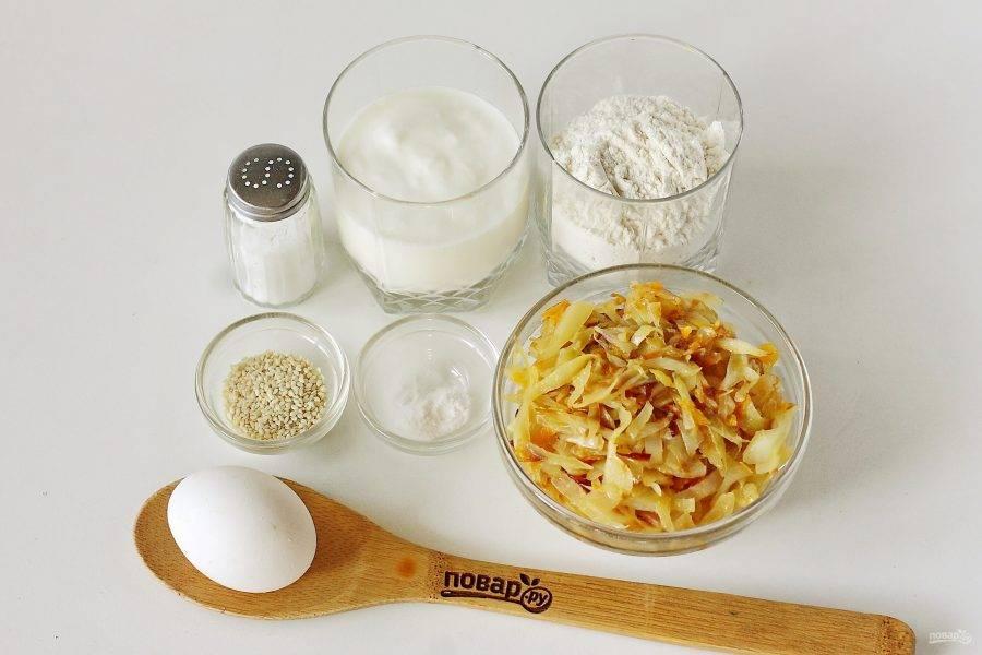 Подготовьте все ингредиенты. Капусту заранее потушите с луком, добавив по вкусу соль и молотый перец.