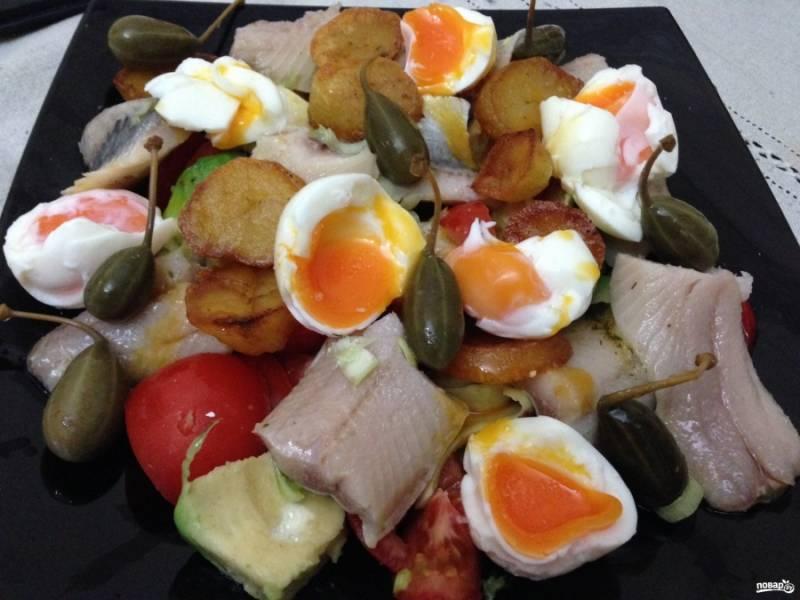 Готовый салат посыпьте нарезанным луком-пореем, сбрызните растительным маслом — и можете подавать. Приятного аппетита!