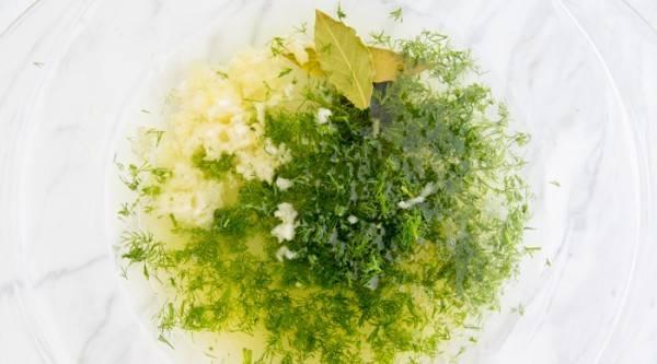 В миске смешать масло, сок лимона, соль, перец, чеснок тертый, укроп, лавровый лист.
