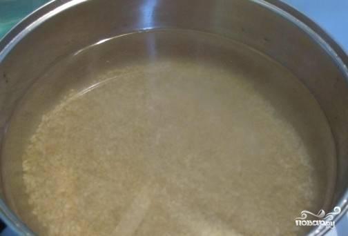 Перловую крупу очень хорошо промываем под проточной водой, заливаем чистой водой и оставляем на час. Потом опять промываем и высыпаем в кастрюлю, наливаем примерно 1,5 л. воды, доводим её до кипения. Потом делаем маленький огонь и варим до готовности перловки.