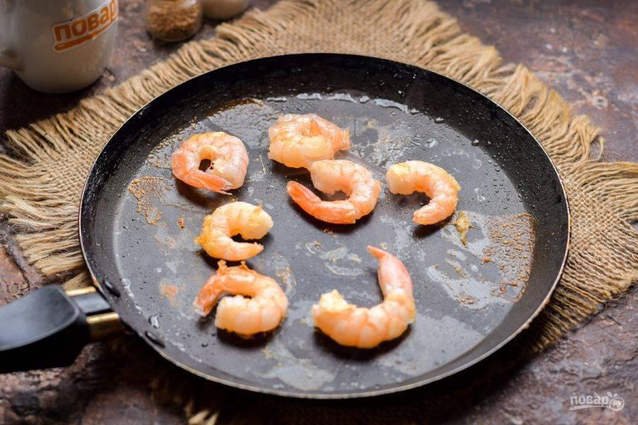 Креветки обжарьте в сковороде на небольшом количестве растительного масла, с каждой стороны по 1,5-2 минуты.