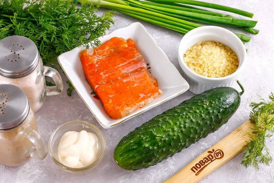 Подготовьте указанные ингредиенты. Приобретите слабосоленую семгу или засолите рыбу в домашних условиях.
