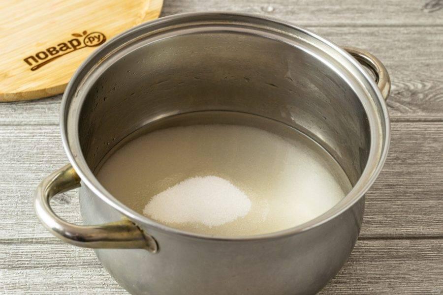 Вскипятите воду с сахаром. Дождитесь, пока сахар полностью растворится.