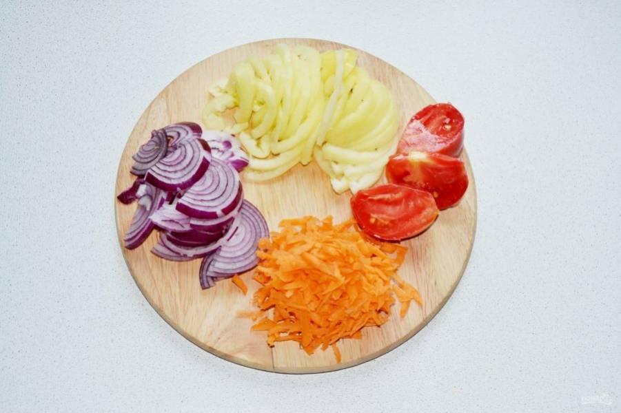 Лук нарежьте полукольцами, помидоры - на 4 части, перец - тонкими ломтиками, морковь натрите на крупной терке.