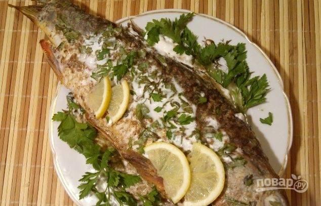 У готовой рыбы выньте нитки. Полейте её соком лимона. Добавьте зелень. Приятного аппетита!