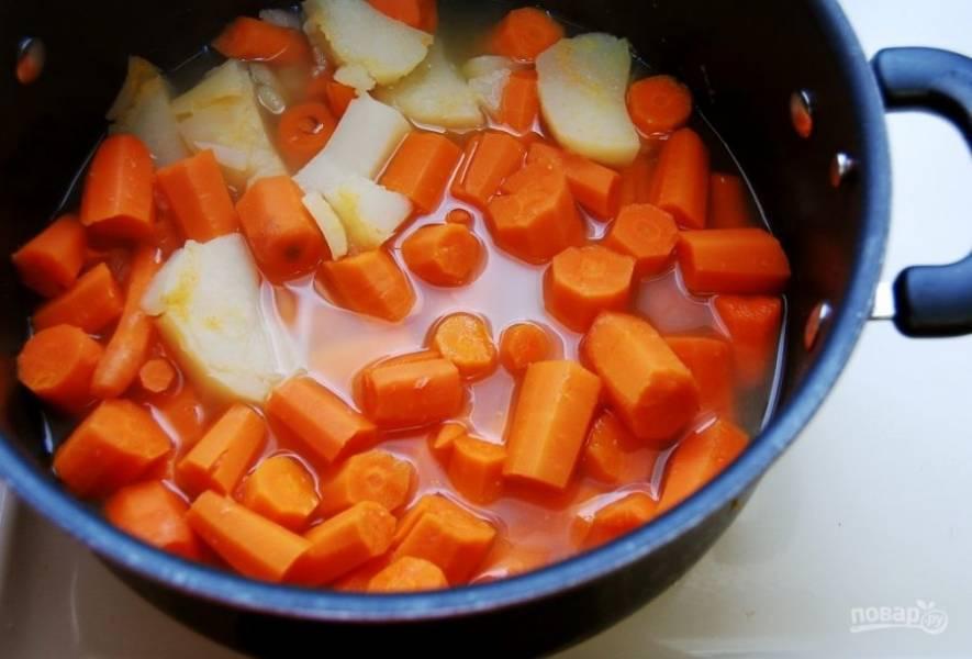 2. Вскипятите около 1400 мл воды в кастрюле. Выложите в неё  нарезанные овощи. Доведите их до кипения, а потом варите 20 минут до мягкости.