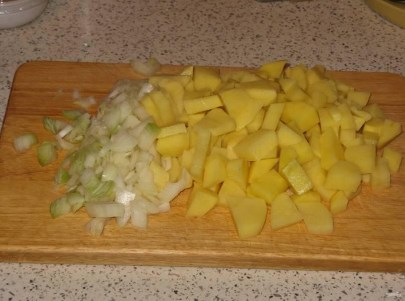 5. Нарезаем картофель и лук, отправляем их в кипящую воду. Солим и добавляем специи по вкусу.
