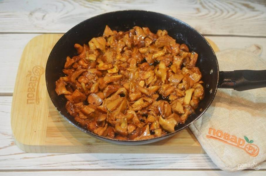3. Обжарьте грибы на сковороде.