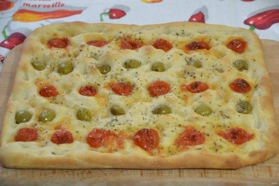 Готовая первая фокачча с помидорчиками черри и оливками.