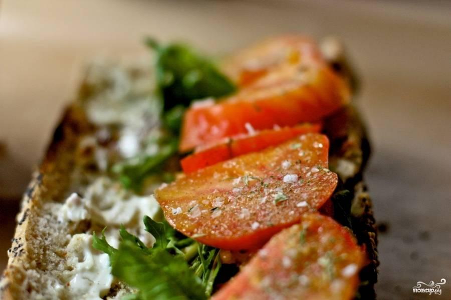 Сложите шпинат и помидоры поверх рукколы. Посолите и посыпьте вашими любимыми приправами. Вторую сторону сэндвича смажьте сливочным сыром.