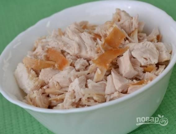 2. Куриное филе (копченое, отварное, жареное) нарежьте кубиками.