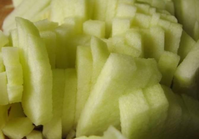 Тушим капусту с мясом, примерно 1 час, постоянно помешивая. Когда капуста станет мягкой, добавляем лук. Яблоко очищаем и мелко нарезаем, добавляем в конце в кастрюлю, тушим еще 10 минут.