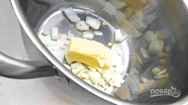 В большую и глубокую кастрюлю бросьте топиться масло. Туда же отправьте мелко нарезанный лук и чеснок. Помешивая, готовьте на протяжении 5 минут на среднем огне.