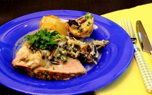 Раскладываем мясо с картофелем по тарелкам и подаем жаркое к столу. Приятного всем аппетита!