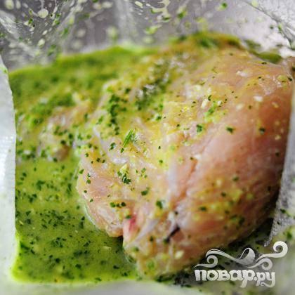 Поместите куриные грудки в герметичные пакетики и залейте маринадом. Уберите в холодильник примерно на 24 часа.