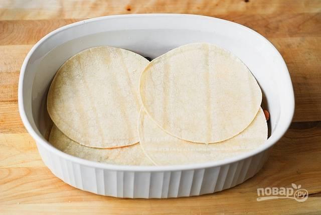 В широкую форму для выпечки (у меня объемом 2,8 литра) уложите тортильи, чтобы закрыть дно.