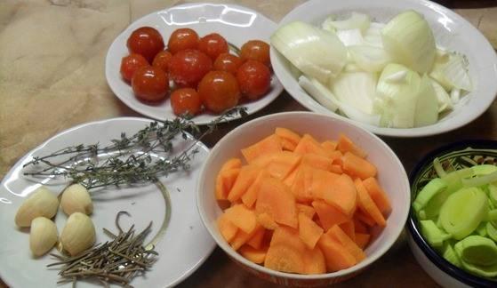 Морковь и репчатый лук режем полукольцами. Лук-порей и чеснок измельчаем.