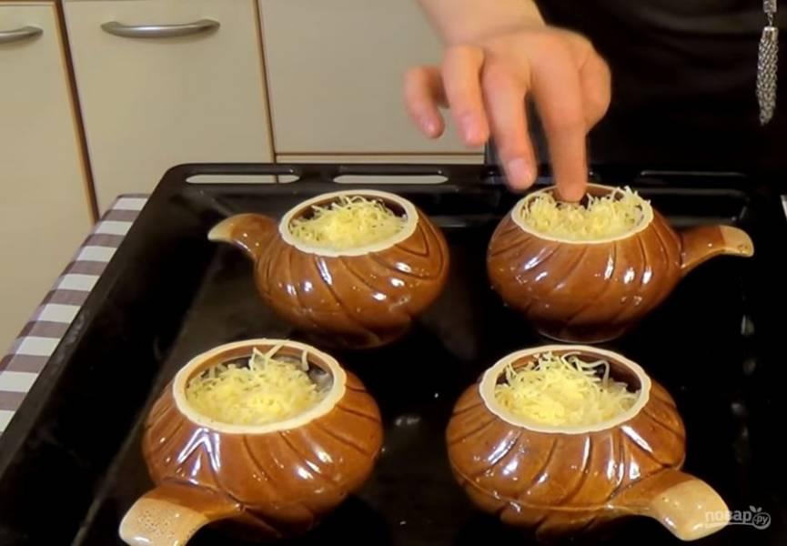 4. Добавьте остальные сливки, залейте ими грибы с курицей. Посолите, поперчите и, помешивая, доведите соус до загустения. Сразу наполните керамические кокотницы и посыпьте тертым сыром.