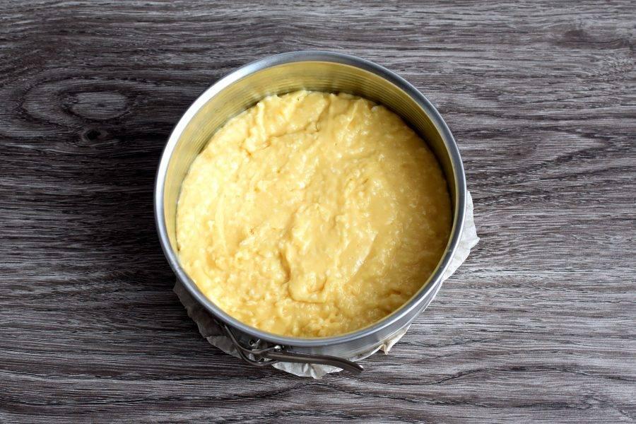 Перелейте тесто в смазанную форму и выпекайте в прогретой до 180 градусов духовке до готовности. Критерий готовности стандартный – шпажка должна выйти из коржа сухой.