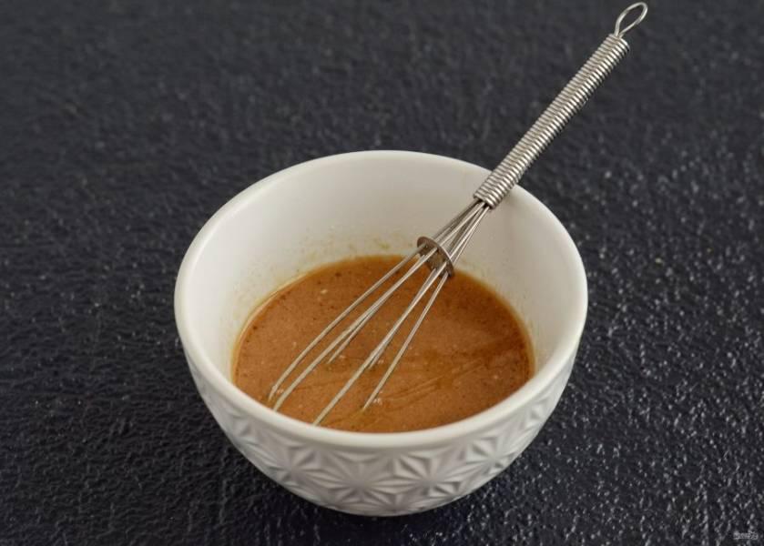 Затем приготовьте заправку для салата.  Смешайте арахисовый урбеч, соевый соус, масло и яблочный уксус.