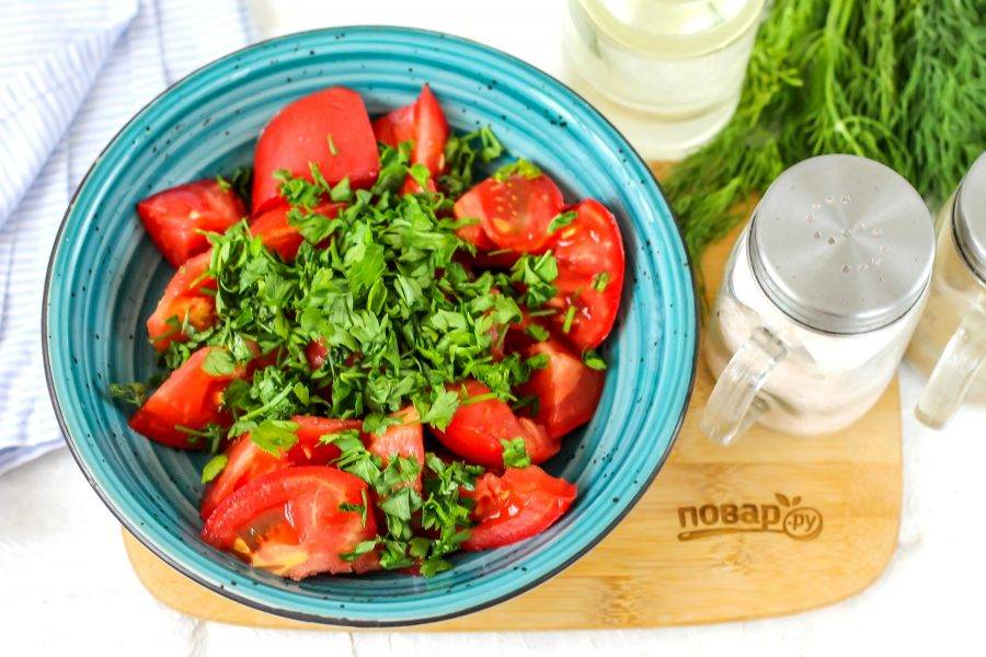 Промойте петрушку, измельчите и добавьте в емкость к помидорам.
