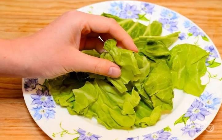 2.Айсберг разбираю и мою, затем вытираю листочки насухо и руками рву каждый, выкладываю на блюдо (как основу).