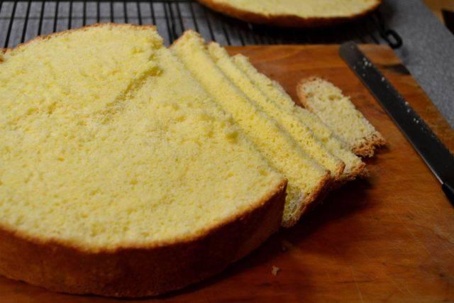 7. Остальной бисквит разрезать на небольшие ломтики.
