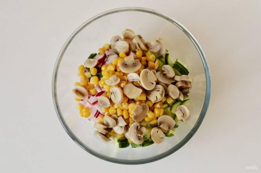 Добавьте кукурузу и консервированные шампиньоны.