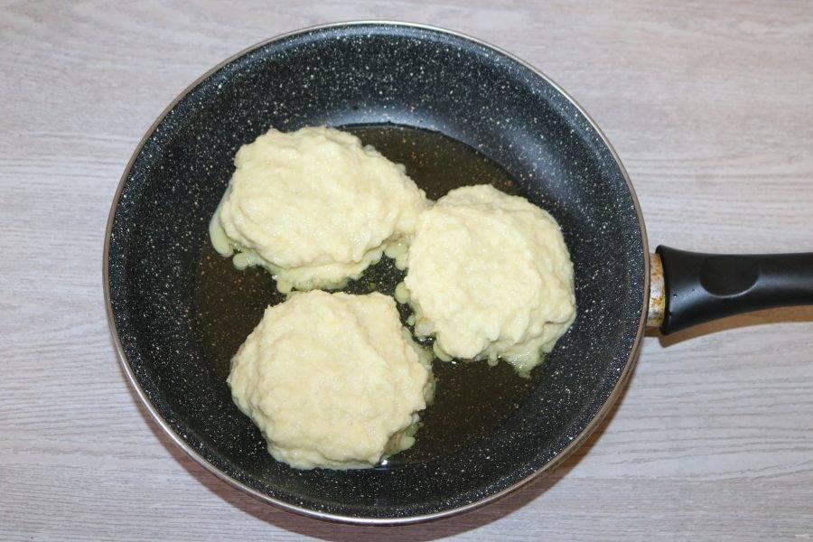 На рыбу выложите по 1 ст. ложке картофельной массы так, чтобы она покрыла рыбу.