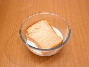 Замочите хлеб в молоке.