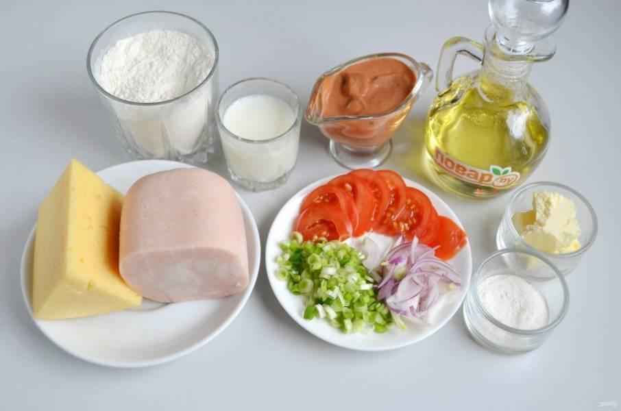 1. Подготовьте продукты для теста и начинки. Я решила сделать с ветчиной, помидором и зеленым луком.