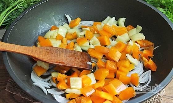 Затем в сковороду добавьте перец. Обжарьте овощи на большом огне 2 минуты, помешивая.