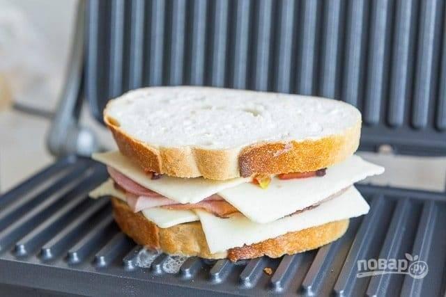 7. Накройте ломтиком хлеба и выложите на разогретый гриль или сковороду.