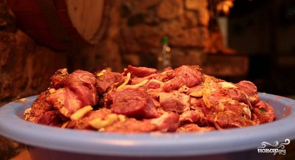 4. Разведите небольшое количество уксуса с водой, сбрызните им свинину. Тщательно перемешайте и оставьте на пару часов. Для свежайшего мяса этого вполне достаточно.