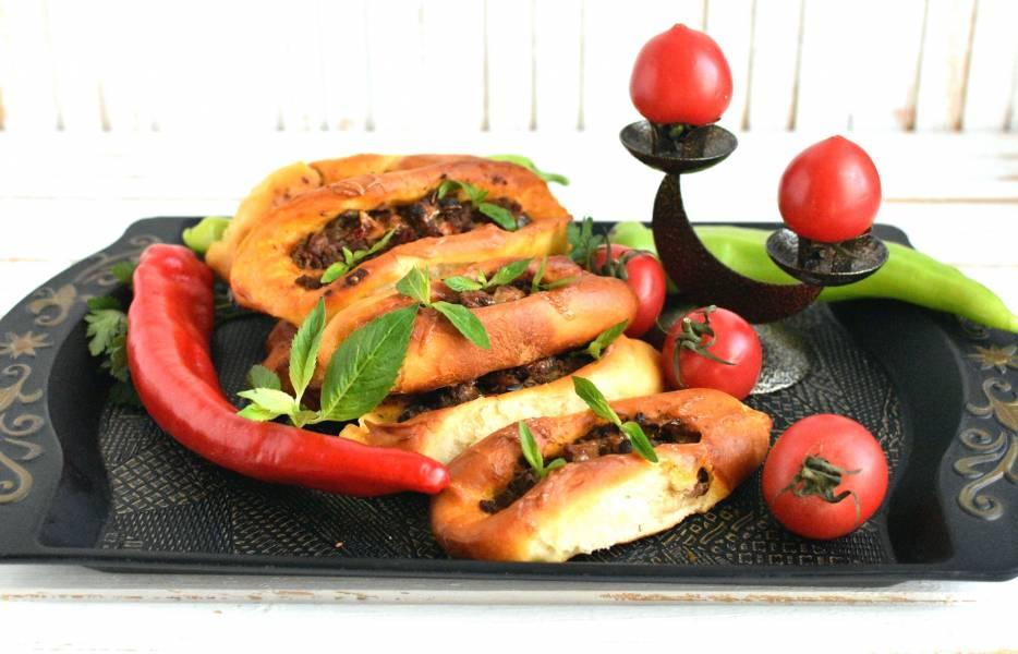"""Турецкая лепешка """"Пиде"""" в форме лодочки с начинкой из фарша"""