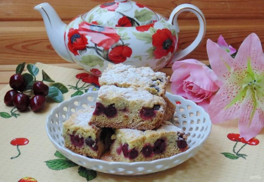 Тертый пирог с вишней готов. Достаньте его из духовки, охладите и нарежьте на порции.