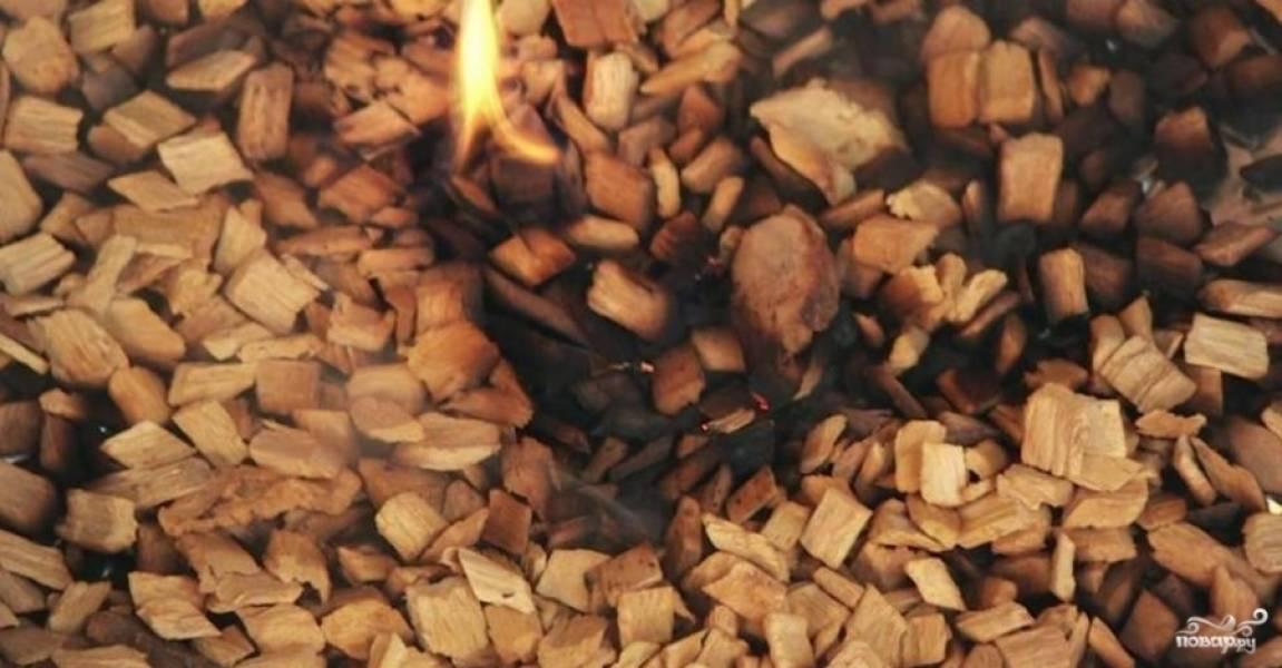 7. Подпаливаем щепу и ставим ее под средний противень, когда огонь погаснет, выключаем духовку. Рыбу оставляем так на минут 15.