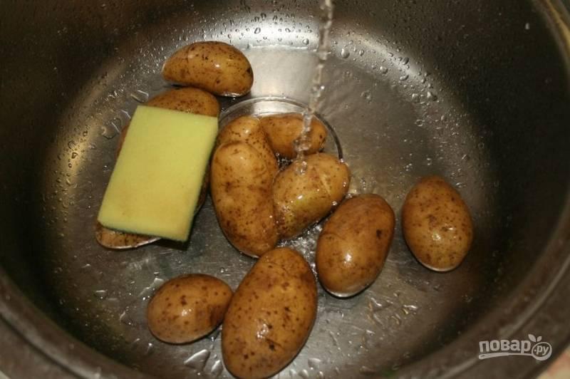 Приготовление этого чудесного картофеля начинаем с подготовки основного ингредиента. Для этого хорошенько промываем картофель в мундире при помощи жесткой стороны губки.