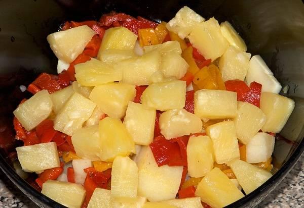 4. В глубокий салатник выложить картофель, перец и нарезанные ананасы.