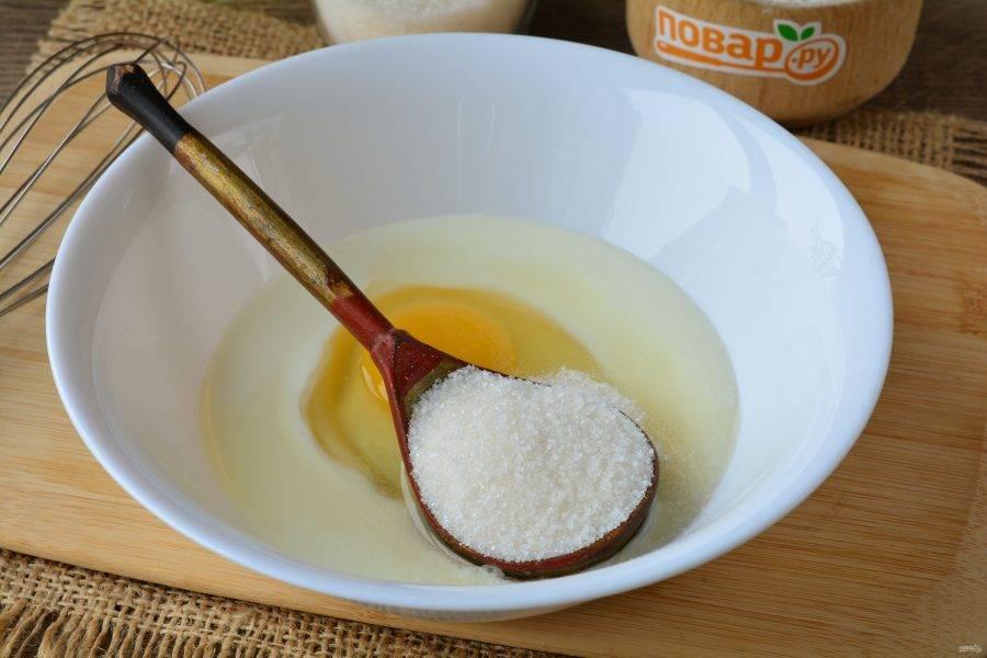 Всыпьте сахар, и хорошо размешайте тесто.